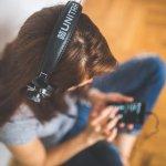 meisje luistert muziek